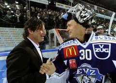 Paul Di Pietro (links) wird von Jussi Markkanen offiziell verabschiedet. (Bild: Keystone/Sigi Tischler)