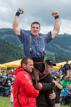 Der Innerschweizer Joel Wicki wird als Sieger gefeiert. (Bild: kEYSTONE / ALESSANDRO DELLA VALLE)