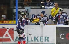 Jussi Markkanen (mitte) gratuliert Corsin Casutt (links) zu seinem Treffer. (ganz rechts: Duri Camichel) (Bild: Stefan Kaiser/Neue ZZ)