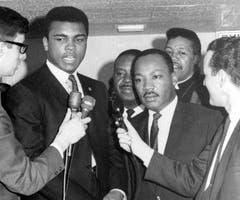 Muhammad Ali (links) und Dr. Martin Luther King sprechen 1967 zu Reportern. (Bild: Keystone)