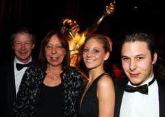 CSI Zürich-Reiturnierchef Urs Theiler (links) mit seiner Ehefrau Christine und seinem Sohn Ronny (rechts) und dessen Freundin Fiona. (Bild: André Häfliger/Neue LZ)