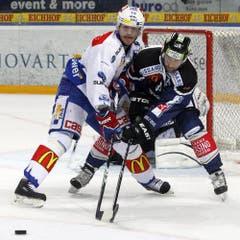 ZSC Lions Juraj Kolnik, links, gegen den Zuger Andreas Furrer. (Bild: Keystone)