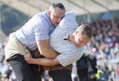 Arnold Forrer (links) und Andreas Ulrich greifen im ersten Gang zusammen. Arnold Forrer gibt den Wettkampf später wegen eines eingeklemmten Nervs auf. (Bild: KEYSTONE/Urs Flueeler)