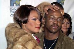 Ab den späten neunziger Jahren wird es ruhig um Whitney Houston. Sie, die immer wieder die grosse Liebe besang, zerbricht an ihrer Beziehung zum gewalttätigen Sänger und Rapper Bobby Brown. Drogen und Alkohol beeinträchtigten nun ihre Gesundheit. (Bild: Imago)