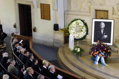 Ein Porträt des verstorbenen Walter Roderer steht an der Gedenkfeier in der Kreuzkirche in Zürich (Bild: Keystone)