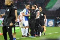 Grasshopper Interimstrainer Mathias Walther beschwichtigt seinen Schützling, Marko Basic, der verletzt das Spielfeld verlassen muss. (Bild: Freshfocus)