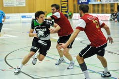 Nicolas Raemy wird von zwei Pfadi-Spielern geblockt. (Bild: Remo Nägeli / Neue LZ)