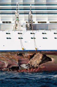Aus dem ungefähr 50 Meter langen Riss an der Costa Concordia ragen riesige Felsstücke. (Bild: Keystone / AP)