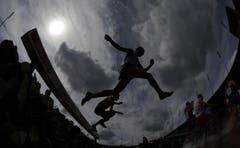 Ein Athlet des 3000 Meter Steeple-Laufs überspringt den Wassergraben. (Bild: Keystone)