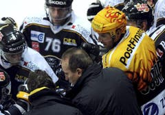 Lugano Trainer Larry Huras instruiert seine Spieler während eines Time-Outs. (Bild: Keystone/Karl Mathis)