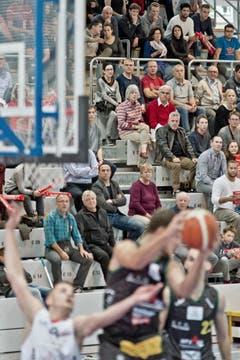 600 Zuschauer kamen zur NLA-Premiere in die Maihofhalle. (Bild: Pius Amrein)