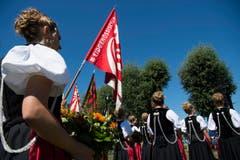 Die Eidgenoessischen Fahnen beim Fahnenempfang in Estavayer-le-Lac. (Bild: Keystone / Jean-Christophe Bott)