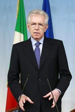Italiens Premierminister Mario Monti Monti kündigte in einer rasch einberufenen Pressekonferenz an, die Regierung werde so schnell wie möglich alles in ihrer Macht Stehende zu tun, «um die Wiederaufnahme des normalen Leben in dieser für Italien so besonderen, so wichtigen und so produktiven Gegend zu garantieren». (Bild: Keystone / EPA)