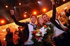 Jubel bei der Basler Sängerin Anna Rossinelli und ihren Bandmitgliedern Georg Dillier (links) und Manuel Meisel. (Bild: André Häfliger)