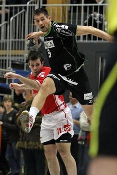 Benjamin Steiger, rechts, gegen Siscias Nikola Raic. (Bild: Philipp Schmidli / Neue LZ)