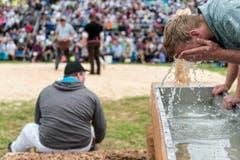Der Freiburger Willliam Häni erfrischt sich am Brunnen. (Bild: kEYSTONE / ALESSANDRO DELLA VALLE)