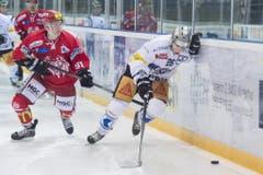 Zugs Reto Suri (rechts) gegen Luca Homberger vom EHC Winterthur. (Bild: Keystone)