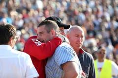 Adi Laimbacher (links) tröstet seinen Bruder Philipp nach dessen Schlussgang-Niederlage (Bild: Philipp Schmidli)