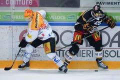 Zugs Topscorer Pierre-Marc Bouchard (links) im Duell mit Luganos Maxim Lapierre. (Bild: Keystone / Davide Agosta)