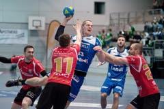 HCK-Spieler Peter Schramm im Einsatz gegen die Abwehr von Pfadi Winterthur. (Bild: Pius Amrein / Neue LZ)