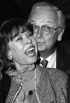 Walter Roderer mit seiner Frau, der bekannten Volksschauspielerin Ruth Jecklin Roderer, anlässlich der Premiere seines Films «Ein Schweizer names Nötzli» im September 1988 in Appenzell. Ruth Jecklin Roderer starb am 7. März 2004, im Alter von 69 Jahren an Krebs. (Bild: Keystone / Str.)