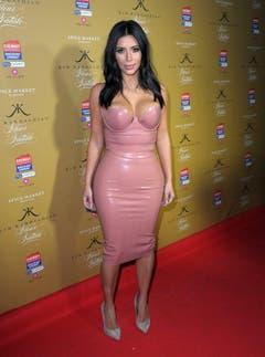 Kim Kardashian posiert in einem ganz speziellen Kleid für die Fotografen. (Bild: Keystone)