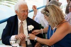 Trudy Illi sorgt dafür, dass an Walter Roderers 90. Geburtstag die weissen Rosen am Kittel des Jubilars richtig sitzen. (Bild: Archiv Neue LZ)