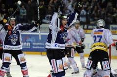 Björn Christen bejubelt zusammen mit Timo Helbling (links) das 4:4. (Bild: Keystone)