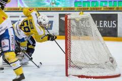 Der Davoser Stuermer Dario Simion erzielt das Tor zum 3:0 beim Eishockey-Meisterschaftsspiel der National League A zwischen dem EV Zug und dem HC Davos. (Bild: Keystone)