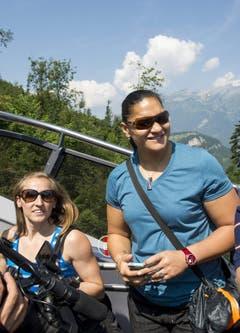 Stabhochspringerin Nicole Büchler aus der Schweiz (links) und Kugelstösserin Valerie Adams aus Neuseeland auf dem Stanserhorn. (Bild: Keystone)