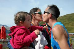 Viktor Röthlin nimmt die Gratulationen von Ehefrau Renate und Tochter Luana Julie entgegen. (Bild: Swiss Image / Remy Steinegger)