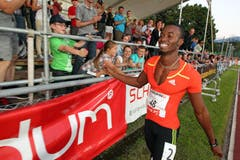 Der Jamaikaner Jason Young lässt sich nach seinen 19,86 über 200 m feiern. (Bild: Philipp Schmidli/Neue LZ)