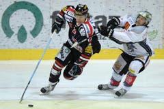 Zugs Fabian Lüthi (rechts) versucht Franco Collenberg zu bremsen. (Bild: Keystone)
