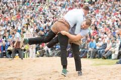 Christian Schuler, rechts, und Matthias Sempach, links, im 1. Gang beim traditionellen Brünig Schwinget vom Sonntag 31. Juli 2016. (Bild: KEYSTONE/Urs Flueeler)