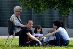 Die Menschen in Mirandola bleiben bis auf weiteres im Freien. (Bild: Keystone / AP)