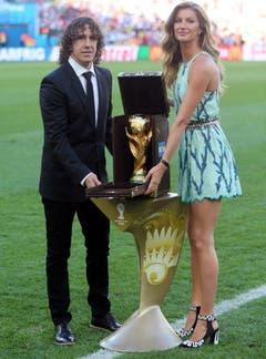 Vor der WM in Brasilien stellt Gisele Bündchen zusammen mit dem ehemaligen Captain der spanischen Nationalmannschaft Carles Puyol den WM-Pokal vor. (Bild: Keystone)