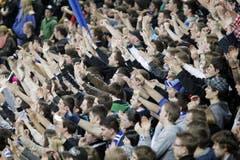Wie eine Wand stehen die vielen begeisterten EVZ-Fans hinter der Mannschaft. (Bild: Stefan Kaiser / Neue ZZ)