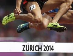 Zwei Athleten überqueren die «Zürich 2014»-Hürden. (Bild: Keystone)