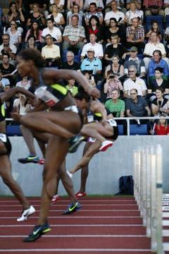 Das Publikum verfolgt den 100m Hürden Lauf der Frauen aufmerksam. (Bild: Jakob Ineichen/Neue LZ)
