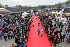 Làufer, Läuferinnen, Publikum – und eine ganze Stadt als Kulisse. (Bild: Dominik Wunderli/LZ)