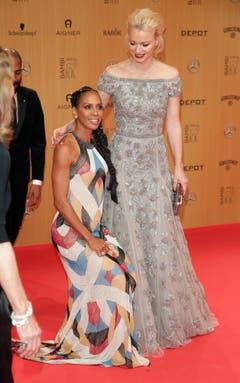 Die deutsch-amerikanische Designerin Barbara Becker (links) mit Model Franziska Knuppe. (Bild: EPA / Jörg Carstensen)