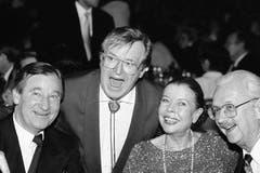 Das Schauspielerehepaar Ruth Jecklin und Walter Roderer, rechts, zusammen mit dem inzwischen ebenfalls verstorbenen Schweizer Bandleader Hazy Osterwald, Mitte, am 30. Januar 1994. (Bild: Keystone / Str.)