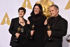 US-Filmemacherin Laura Poitras (l.) erhält den Oscar für die Snowden-Doku «Citizenfour». Mitte: Mathilde Bonnefoy. Rechts: Dirk Wilutzky. (Bild: Keystone / Jordan Strauss)