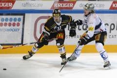 Lukas Balmelli vom HC Lugano, links, gegen Zugs Calle Andersson. (Bild: CARLO REGUZZI)