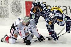 Esa Pirnes gegen Marc Schulthess (rechts). (Bild: Keystone)