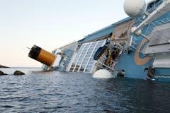 Das Schiff neigt sich stark zur Seite. (Bild: Keystone)