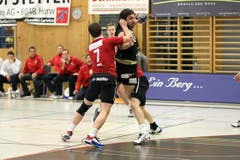 Pfadis Marcel Hess kommt gegen Kriens' Marko Vukelic zu spät. (Bild: Roger Zbinden/Neue LZ)