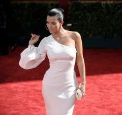 Ganz in Weiss: Kim Kardashian auf einem roten Teppich in Los Angeles. (Bild: Keystone)