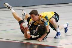 Niedergerungen: Der St.Galler David Parolo gegen Nicolas Raemy vom HC Kriens-Luzern. (Bild: Philipp Schmidli/Neue LZ)