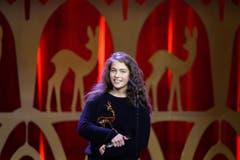 """Als beste Schauspielerin wurde Henriette Confurius ZDF-Mehrteiler """"Tannbach - Schicksal eines Dorfes"""") geehrt, die ganz unglamourös in Jeans auf der Bühne erschien. (Bild: EPA / Britta Pedersen)"""